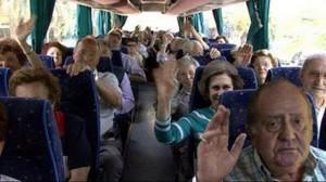 El rey y la Reina en el autobús del Inserso